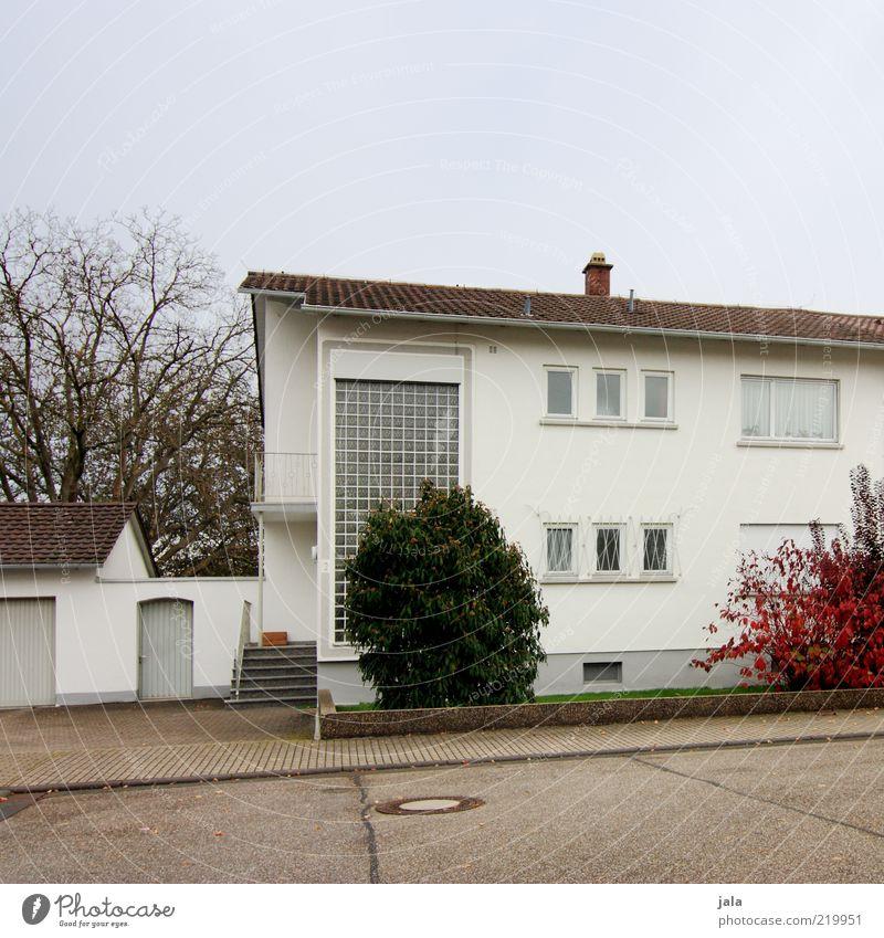 familienhaus Himmel weiß Pflanze ruhig Haus Straße Fenster Architektur grau Wege & Pfade Gebäude Tür Fassade Ordnung Platz