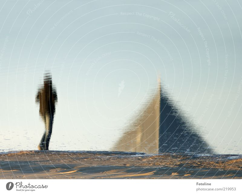 Ägypten??? Mensch Umwelt Natur Urelemente Erde Sand Wasser Küste Strand Ostsee nass Wasserspiegelung Pyramiden Spitze Spaziergang gehen laufen Farbfoto