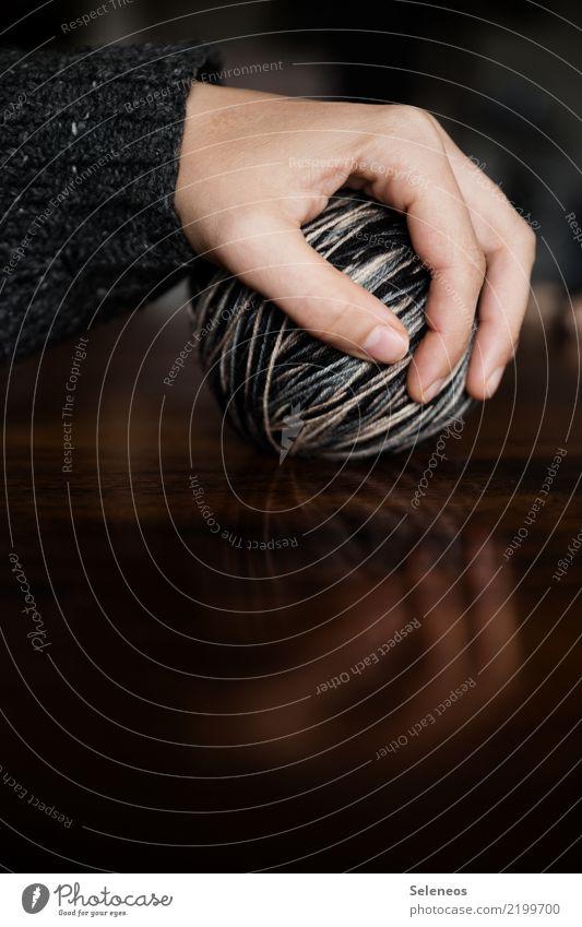 nächstes Projekt Freizeit & Hobby Handarbeit stricken Wolle Wollknäuel wollig Wärme weich Finger Farbfoto Innenaufnahme Reflexion & Spiegelung