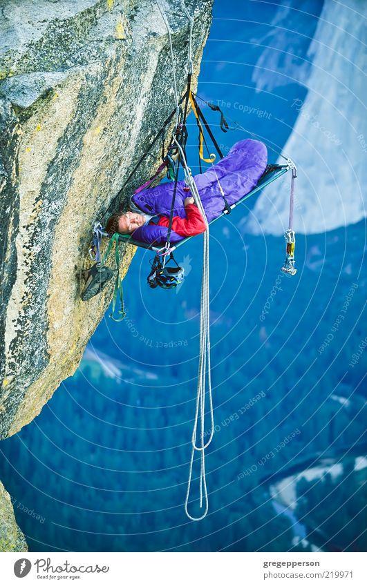 Kletterer, der auf einem Klifff schläft. Abenteuer Sport Klettern Bergsteigen Seil 1 Mensch sportlich hoch Tapferkeit selbstbewußt Mut Höhenangst Risiko