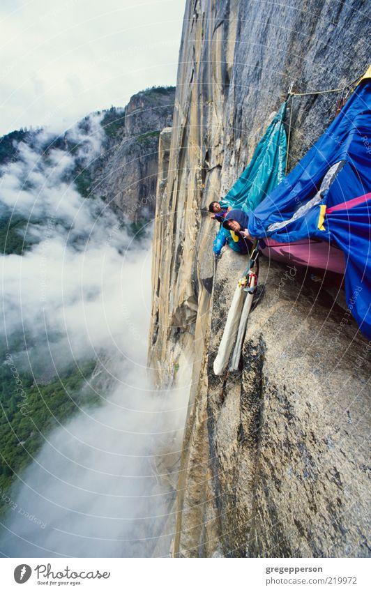 Mensch Erwachsene Sport Freundschaft hoch nass Abenteuer Seil Gipfel Klettern Vertrauen Unwetter sportlich Risiko Gleichgewicht Höhenangst