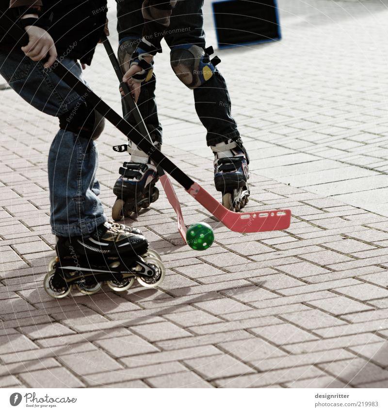 Rock´n´Roll Freizeit & Hobby Spielen Ballsport Inline skates Rollschuhe Hockeyschläger Hockeyspieler Kind Kindheit Jugendliche Beine 2 Mensch Platz Spielstraße