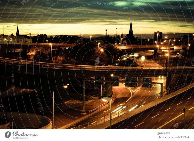 Wahlheimat Stadt Stadtzentrum Brücke Verkehr Verkehrswege Straßenverkehr Autofahren Wege & Pfade Autobahn Hochstraße Lampe Laterne Schilder & Markierungen blau