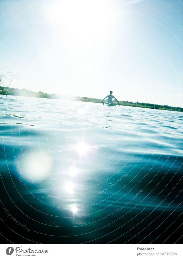 schifflage Mensch Mann Wasser Sommer ruhig Erwachsene Ferne Erholung Wärme See Wellen Zufriedenheit sitzen maskulin Coolness Pause
