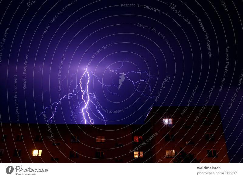 Gewitterfoto Umwelt Wetter schlechtes Wetter Unwetter Blitze Haus Hochhaus Aggression ästhetisch Angst bedrohlich Neubausiedlung Blitzschlag Himmel Naturgewalt