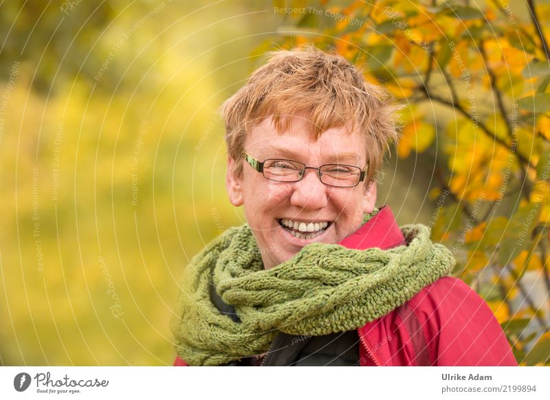 Freude - Menschen und Natur Leben Zufriedenheit feminin Frau Erwachsene Kopf Gesicht Auge Ohr Nase Mund Lippen Zähne 1 45-60 Jahre Strickschal Schal Brille