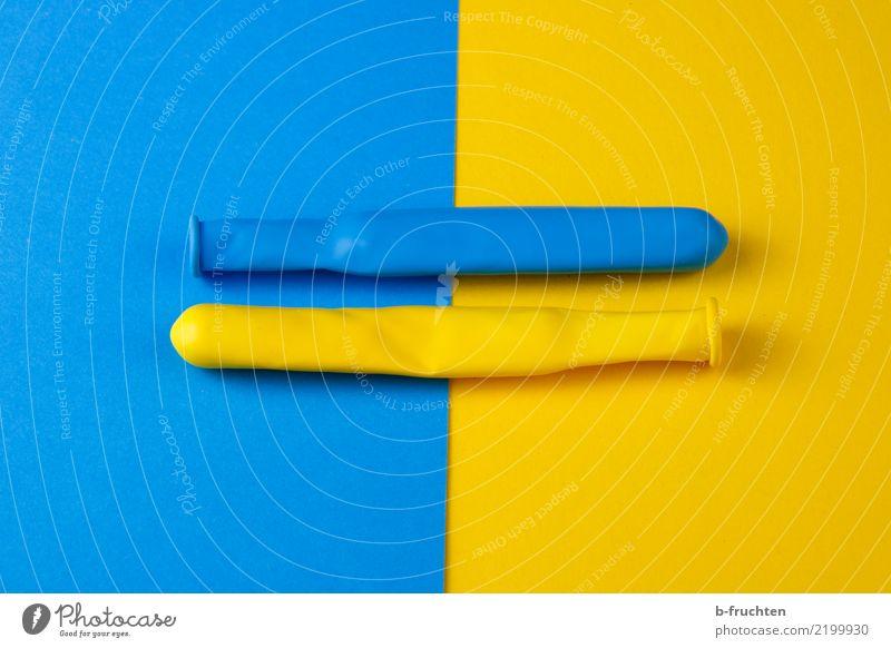 Zusammenhalt Luftballon Zeichen Zusammensein blau gelb Glaube Religion & Glaube Yin und Yang Hintergrundbild gleich Gleichgewicht Unendlichkeit Farbfoto