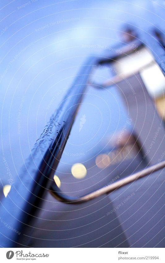 es geht bergauf Wasser schlechtes Wetter Regen Treppengeländer Wassertropfen Farbfoto Außenaufnahme Textfreiraum oben Tag Schwache Tiefenschärfe nass feucht