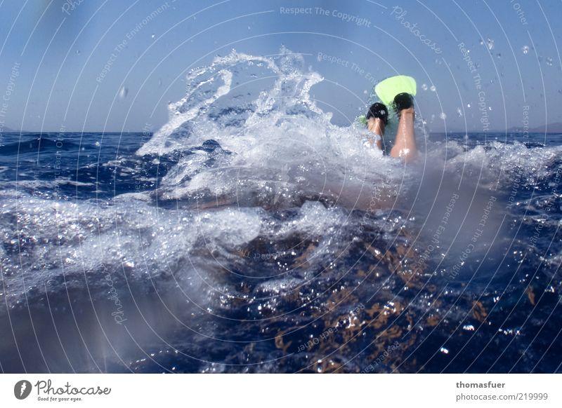 Wasserquirl Mensch blau Sommer Ferien & Urlaub & Reisen Meer Sport Beine Fuß nass Freizeit & Hobby Schwimmen & Baden tauchen Schönes Wetter Schwimmhilfe