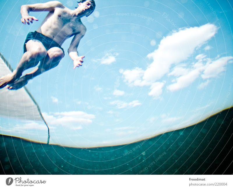 sprung Mann Wasser Jugendliche blau Sommer Wolken ruhig Sport springen Erwachsene See warten nass Freizeit & Hobby fliegen