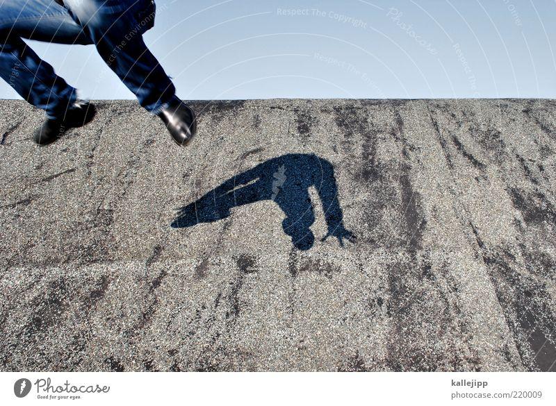 über den tellerrand der froschsuppe Lifestyle Mensch Mann Erwachsene Leben Beine Fuß 1 Sport springen Sprungkraft sprunghaft Horizont Dach Teerpappe Farbfoto