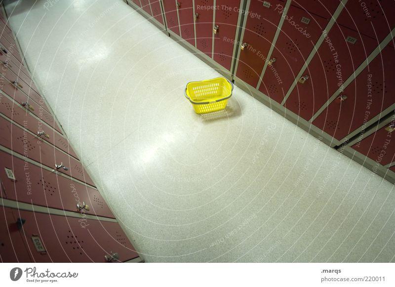 Unikram Schließfach Korb Gang gelb rot Ordnung Perspektive geheimnisvoll Farbfoto Innenaufnahme Menschenleer Weitwinkel Sauberkeit Vogelperspektive Spind