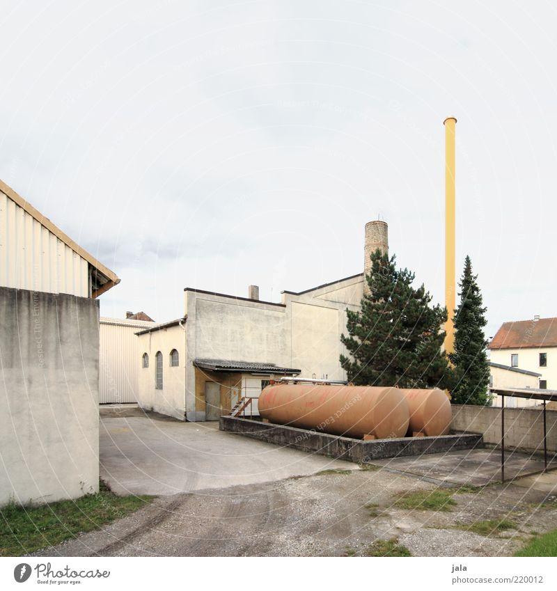 werkhof Himmel Baum Pflanze ruhig Haus Gebäude Architektur Industrie Platz trist Fabrik Bauwerk Unternehmen Schornstein Industrieanlage Tank