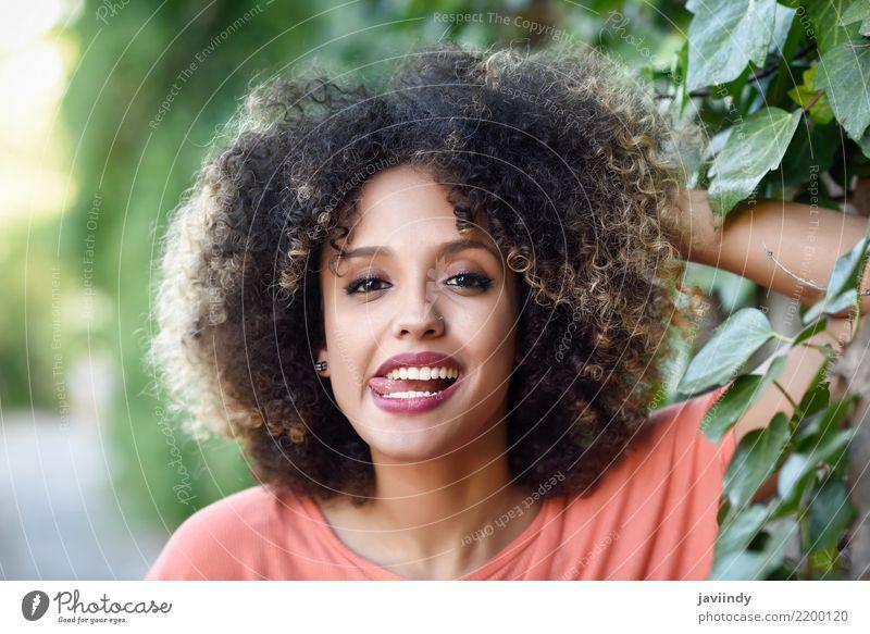 Schwarze Frau mit Zunge in einem Stadtpark Lifestyle Stil Freude Glück schön Haare & Frisuren Gesicht Mensch Erwachsene Mode Afro-Look Lächeln Fröhlichkeit