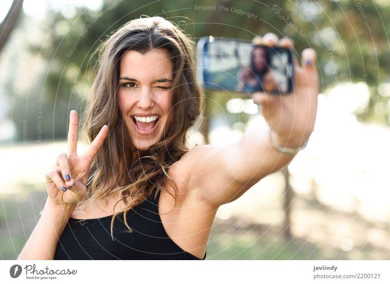 junge Frau Selfie im Park mit einem Smartphone v Zeichen zu tun Freude Glück schön Gesicht Handy Fotokamera Technik & Technologie Mensch Erwachsene Finger