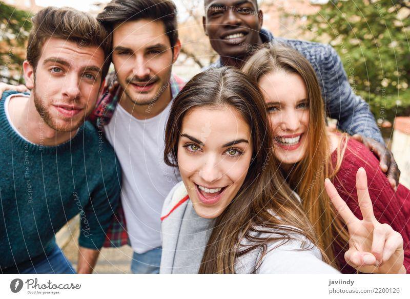 Mehrrassige junge Menschen, die Spaß miteinander im Freien haben. Lifestyle Freude Glück Frau Erwachsene Mann Freundschaft 5 Menschengruppe 18-30 Jahre