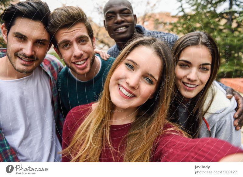 Multirassische Gruppe von Freunden, die in einem Stadtpark Selfie machen. Lifestyle Freude schön Freizeit & Hobby Ferien & Urlaub & Reisen Fotokamera