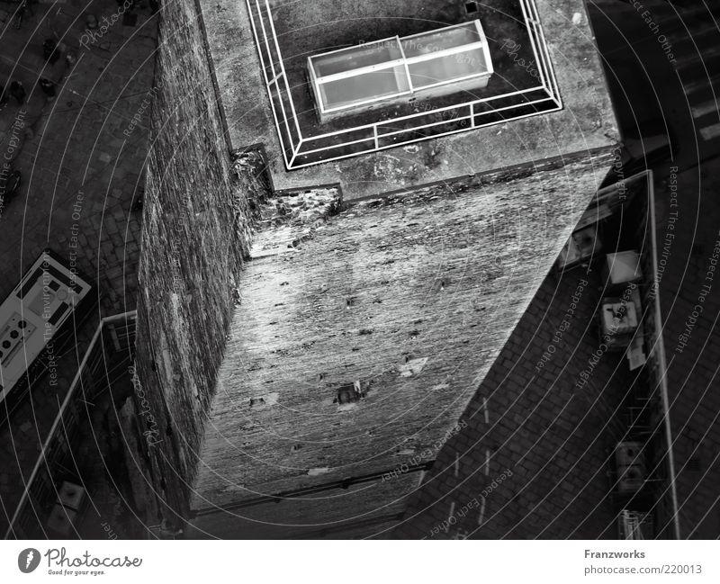 babel borders Straße dunkel Wand Architektur grau Gebäude Mauer geschlossen Schilder & Markierungen Beton Turm trist bedrohlich Kultur Bauwerk