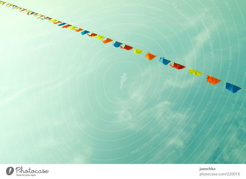 Lustige Gartenparty von unten Himmel Sommer Freude Wolken Feste & Feiern Garten Linie Freizeit & Hobby Fröhlichkeit Dekoration & Verzierung Schönes Wetter viele Symbole & Metaphern Idee Fahne Lebensfreude