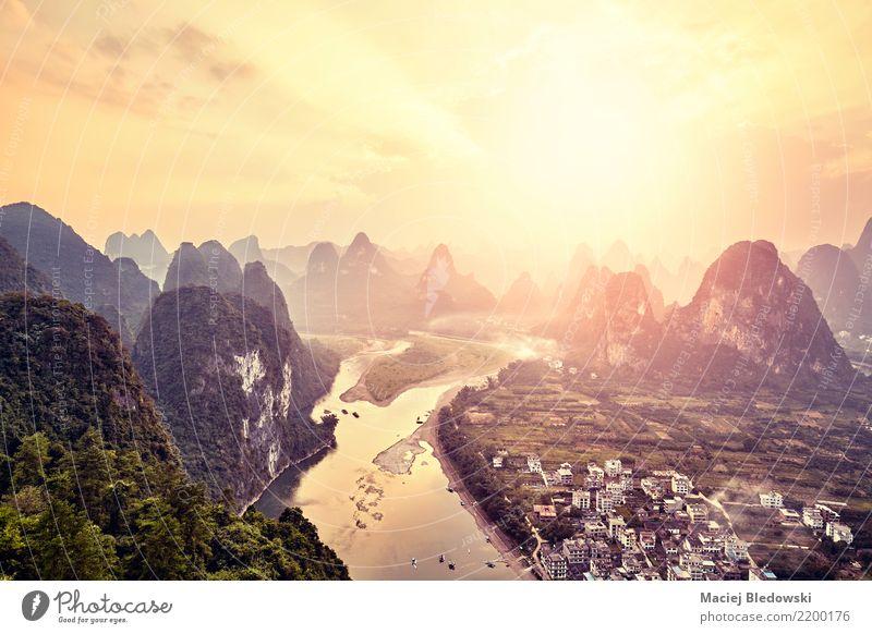 Lijiang bei Sonnenuntergang, China. Ferien & Urlaub & Reisen Tourismus Ausflug Abenteuer Freiheit Landschaft Sonnenaufgang Berge u. Gebirge Gipfel Fluss Dorf