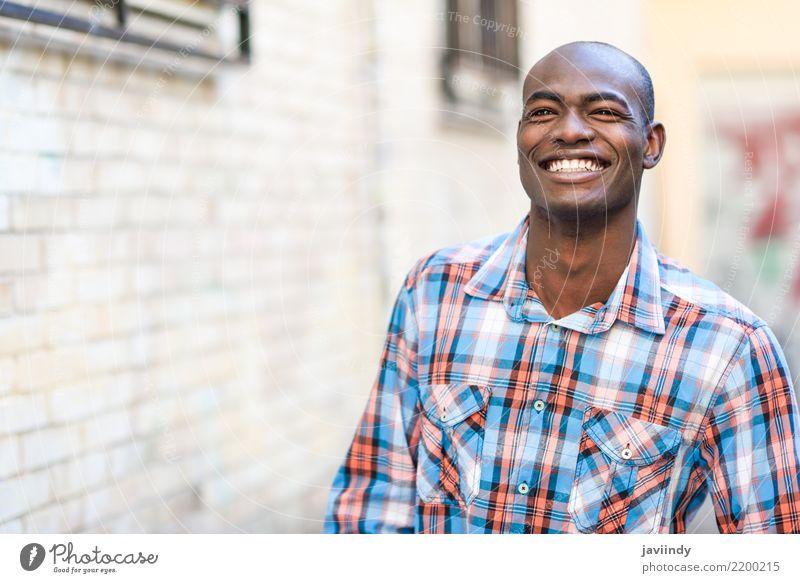 Schwarzer Mann sehr glücklich, lächelnd im urbanen Hintergrund. Glück schön Mensch Erwachsene Straße Bekleidung Hemd Lächeln modern schwarz selbstbewußt