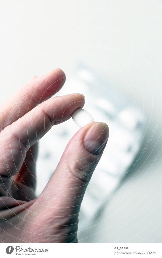 Dosis Gesundheit Gesundheitswesen Behandlung Seniorenpflege Rauschmittel Medikament Hand Finger 1 Mensch festhalten authentisch braun grau weiß ruhig