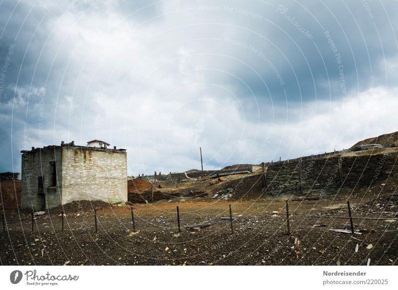 Endzeit II alt Wolken dunkel träumen Traurigkeit Wege & Pfade Gebäude Landschaft dreckig Umwelt Erde kaputt bedrohlich Klima Sturm Hügel