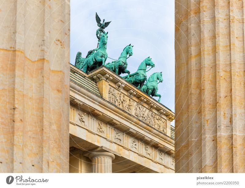Brandenburger Tor Ferien & Urlaub & Reisen alt Stadt Architektur Berlin Tourismus Freiheit Deutschland oben Europa hoch historisch Sehenswürdigkeit Bauwerk