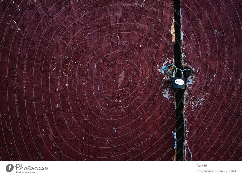 Abgeschlossene Türen Holz Schloss Lücke zugeklappt geheim verboten alt Armut dreckig einfach Billig schön einzigartig kaputt Neugier dünn violett Sicherheit