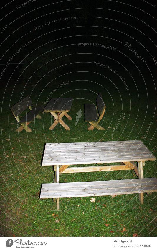 Fade To Black Garten Möbel Stuhl Tisch Gras Holz dunkel eckig braun grün schwarz Angst Farbfoto Experiment Menschenleer Nacht Blitzlichtaufnahme Sitzgelegenheit