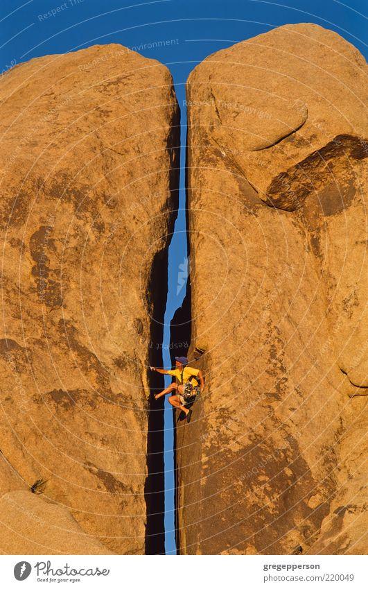 Mensch Mann Einsamkeit Erwachsene Sport hoch Abenteuer Seil Klettern Kroatien sportlich Risiko Gleichgewicht Riss Versuch vertikal