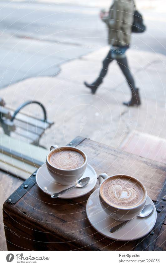 Schau-Fenster Getränk Kaffee Tasse Löffel Mensch feminin Junge Frau Jugendliche 1 braun grau Fußgänger Cappuccino Herz Truhe Bürgersteig Bank Blick Café