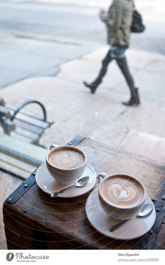 Schau-Fenster Mensch Jugendliche Liebe feminin grau braun Zusammensein gehen Herz Getränk Kaffee Bank Spaziergang Sehnsucht Bürgersteig Café