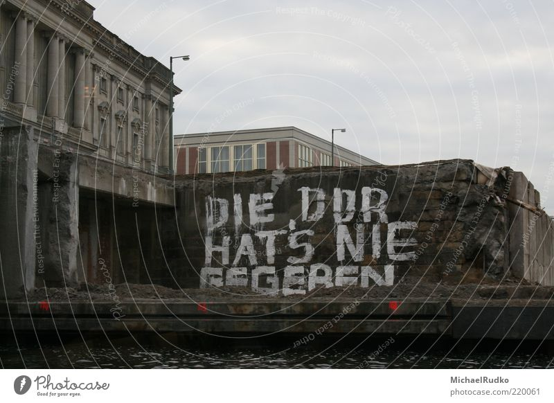 Die DDR hat's nie gegeben Stadt Berlin Wand grau Mauer Graffiti Kunst Deutschland Beton Europa Schriftzeichen Vergänglichkeit Verfall Vergangenheit