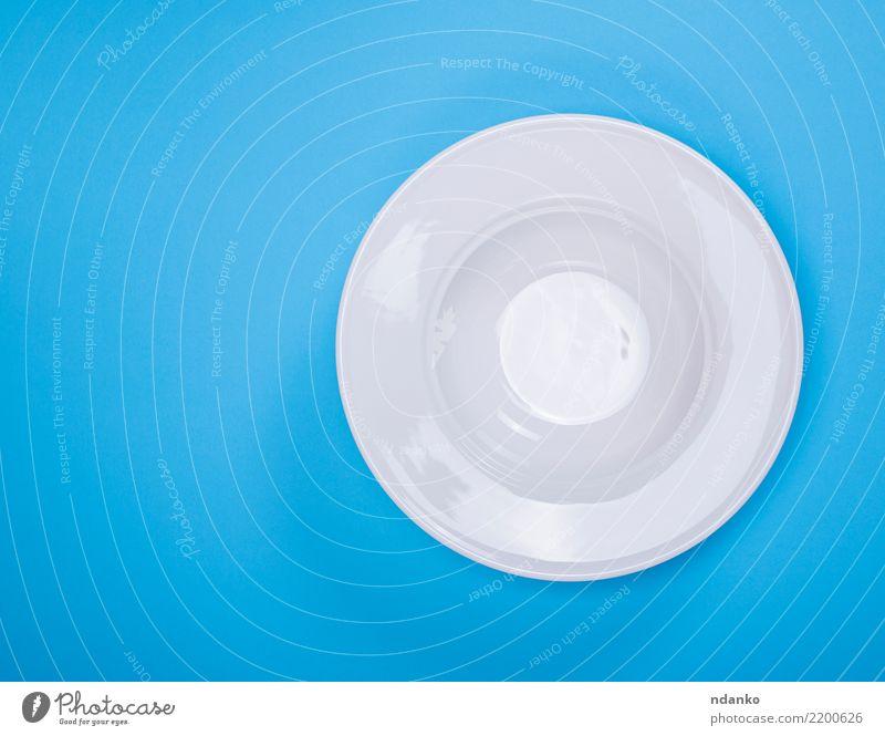 weißer runder keramischer Suppenteller Mittagessen Abendessen Teller Tisch Küche Restaurant Glas Essen oben Sauberkeit blau Tradition leer Aussicht Hintergrund