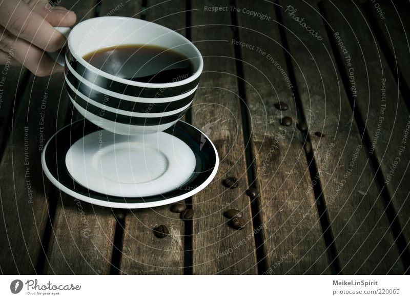 Auszeit Kaffeetrinken Getränk Heißgetränk Holz braun schwarz weiß Zufriedenheit ruhig Durst Kaffeetasse Kaffeepause Tisch Holztisch Hand Untertasse gestreift
