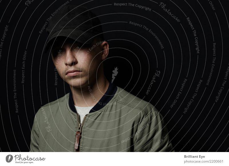 Portrait Schattenwurf Lifestyle Mensch Junge Jugendliche 13-18 Jahre Mode Jacke Mütze Coolness dunkel trendy modern Stadt grün Mut standhaft Hochmut Stolz