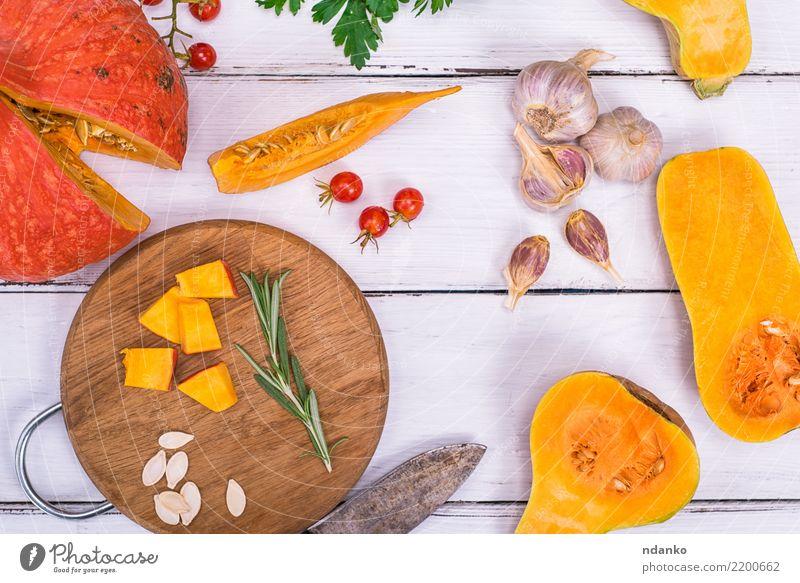 reifer Kürbis in Stücke geschnitten Natur Gesunde Ernährung weiß Essen gelb Herbst natürlich Holz frisch Tisch Gemüse Jahreszeiten Ernte Bioprodukte Tradition