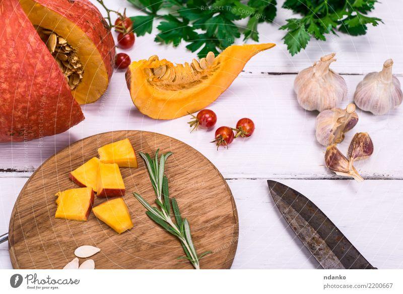 frische Kürbisscheiben Gemüse Suppe Eintopf Essen Abendessen Bioprodukte Vegetarische Ernährung Diät Messer Dekoration & Verzierung Tisch Halloween Natur Herbst