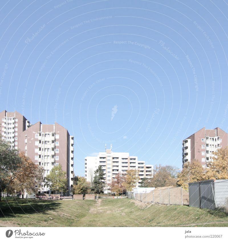 wohnanlage Himmel Pflanze Baum Wiese Stadt Haus Hochhaus Platz Bauwerk Gebäude Architektur Farbfoto Außenaufnahme Menschenleer Textfreiraum oben Tag Plattenbau