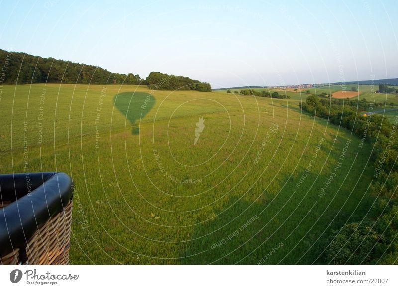 Schattenspiele eines Heißluftballons Wiese Feld Luftverkehr Aussicht Ballone Abendsonne Ballonfahrt