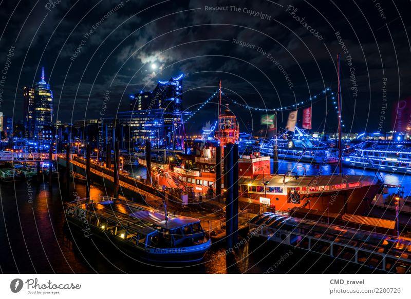 Hamburg bei Nacht Stadt Hafenstadt Stadtzentrum Menschenleer Sehenswürdigkeit Wahrzeichen Denkmal Elbphilharmonie authentisch gelb rot schwarz Wasserfahrzeug