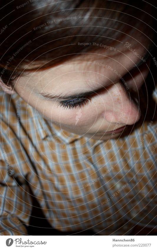 kleinkariert feminin Haare & Frisuren Auge Nase 1 Mensch 18-30 Jahre Jugendliche Erwachsene Bekleidung Hemd brünett Pony ästhetisch retro Klischee braun gelb