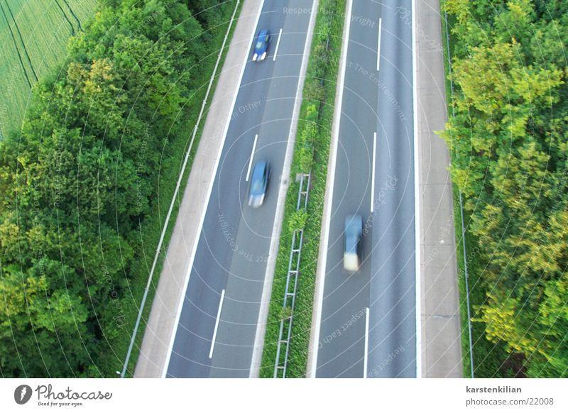 Autobahn und Schnelligkeit PKW Verkehr Geschwindigkeit fahren Rasen Asphalt Alkoholisiert Ausfahrt Beschleunigung überholen Mittelstreifen