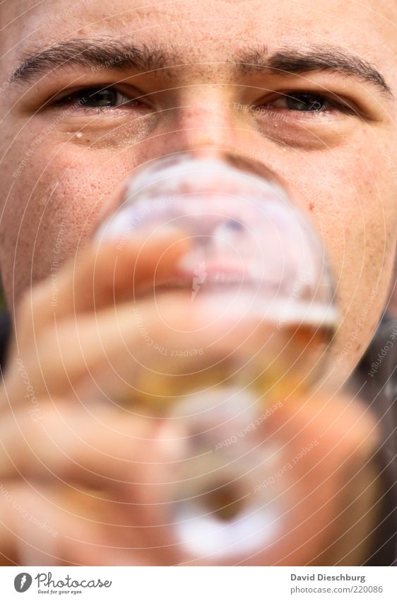 Bierkonsument Mensch Mann Jugendliche Hand Erwachsene Gesicht Auge Kopf Junger Mann Glas 18-30 Jahre Finger Getränk einzeln trinken Lippen