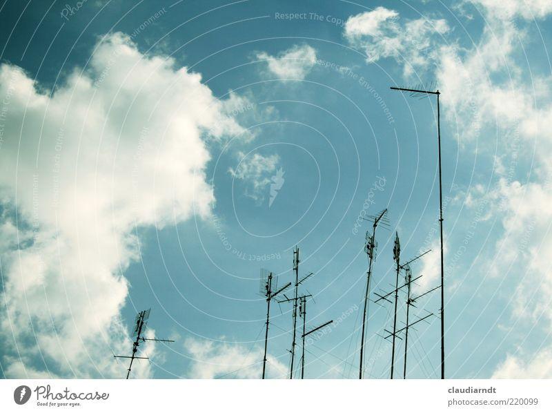 Empfangsbereit Telekommunikation Himmel Wolken Schönes Wetter Menschenleer Antenne Kommunizieren Medien senden Fernsehempfang Sender Funktechnik Dachantenne