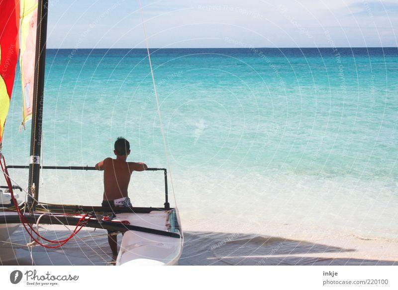 der Junge und das Meer Jugendliche blau Wasser Sonne Ferien & Urlaub & Reisen Strand Ferne Erholung Sand Glück träumen Horizont Freizeit & Hobby sitzen