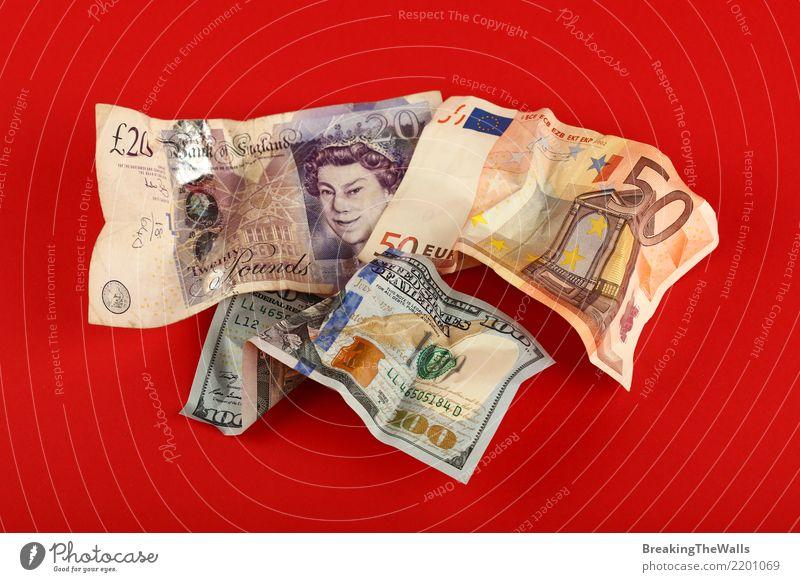 Zerknitterte Banknoten von Euro, von Dollar und von Pfund über Rot Wirtschaft Handel Handwerk Geldinstitut Business bezahlen kaufen sparen werfen rot gefährlich