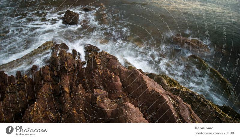 Craggy Sa Marina. Natur Wasser Meer grün Leben dunkel Bewegung grau Stein See Landschaft braun Küste Wellen Wind Felsen
