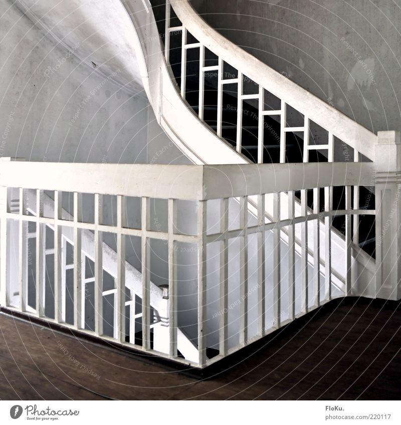 1st Floor Treppe braun weiß Treppenhaus Geländer grau Unbewohnt verfallen Innenaufnahme Menschenleer Treppengeländer Holzfußboden alt verwohnt Wand